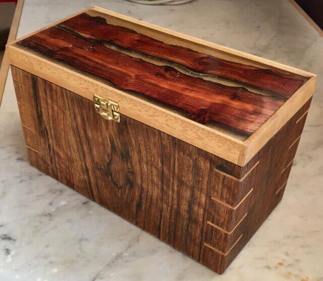 Noten en wijn in houten kist